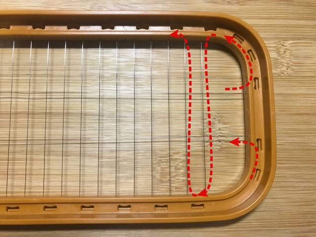 1本のワイヤーがプラスチックの枠に通して固定されている